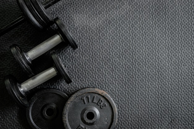 Poids d'exercice - haltères de fer avec des assiettes supplémentaires