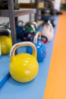 Poids de gym sur étagère