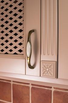 Poignée d'armoire de cuisine sur