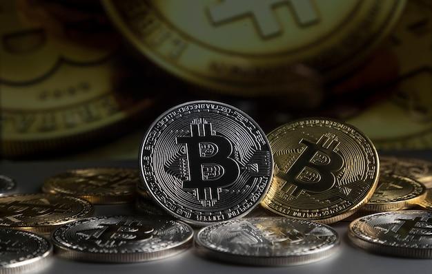 Une poignée de bitcoins d'or et d'argent