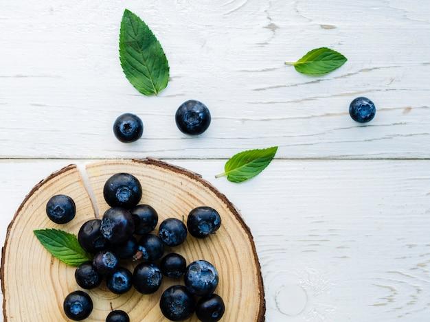 Poignée de bleuets délicieux sur la table