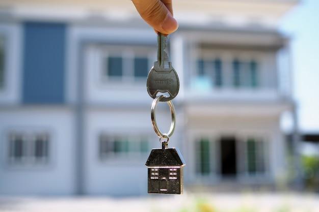Poignée de clé de maison. louer une maison, acheter et vendre des idées