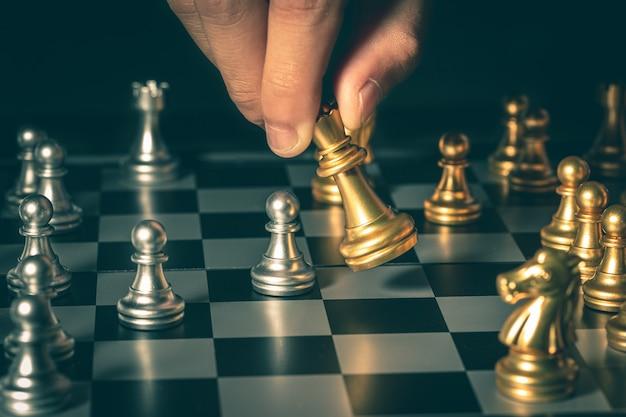 La poignée d'échecs se déplace dans les jeux compétitifs