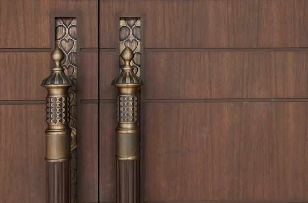 Poignée en laiton style vintage sur la porte en bois couleur marron
