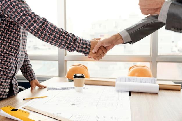 Poignée de main d'affaires après la réunion