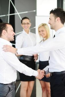 Poignée de main d'affaires après la signature d'un nouveau contrat