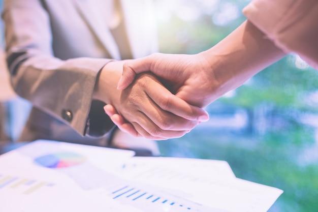 Poignée de main d'affaires collègues réunion de travail d'équipe. tenez-vous la main et serrez la main
