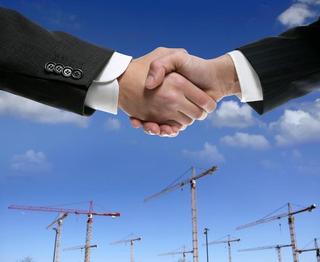 Poignée de main d'affaires dans la zone de construction