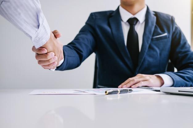 Poignée de main d'affaires et deux personnes d'affaires confiant après avoir discuté de la bonne affaire de négociation