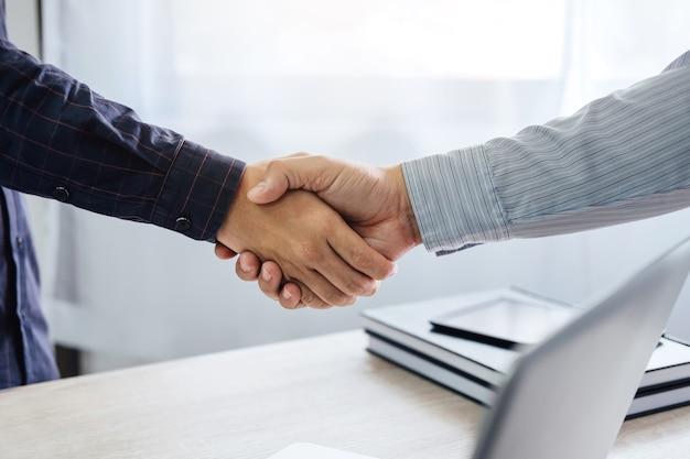 Poignée de main d'affaires et les gens d'affaires après avoir discuté de bon nombre de négociation