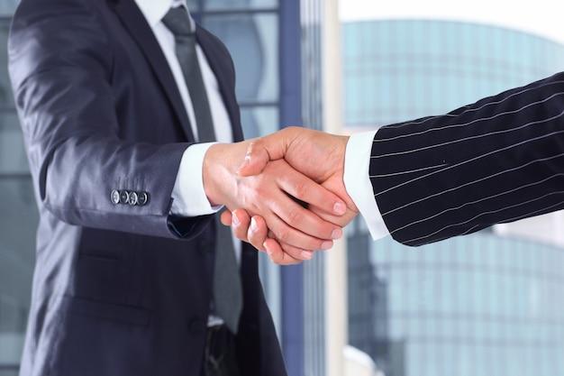 Poignée de main d'affaires et gens d'affaires