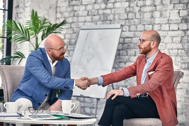 Poignée de main d'affaires lors d'une réunion ou d'une négociation au bureau
