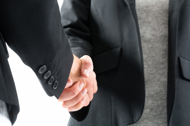 Poignée de main d'affaires par deux femmes
