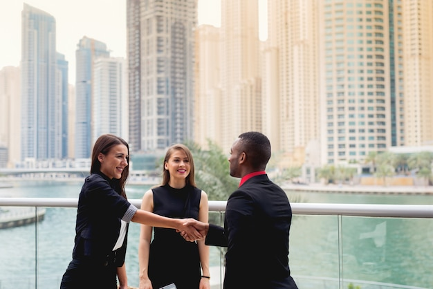Poignée de main afro-américaine avec entretien d'embauche de dame attrayante. réunion des gens d'affaires.