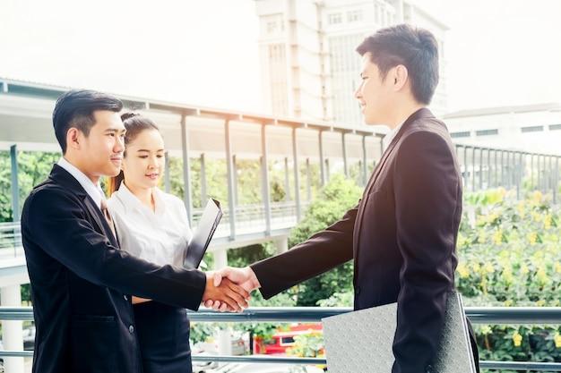 Poignée de main business asiatique à la ville en dehors de bureau concept de réussite