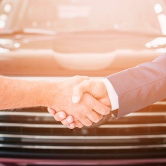 Poignée de main chez un concessionnaire automobile