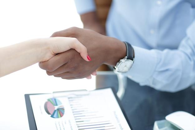 Poignée de main confiante entre les gens d'affaires
