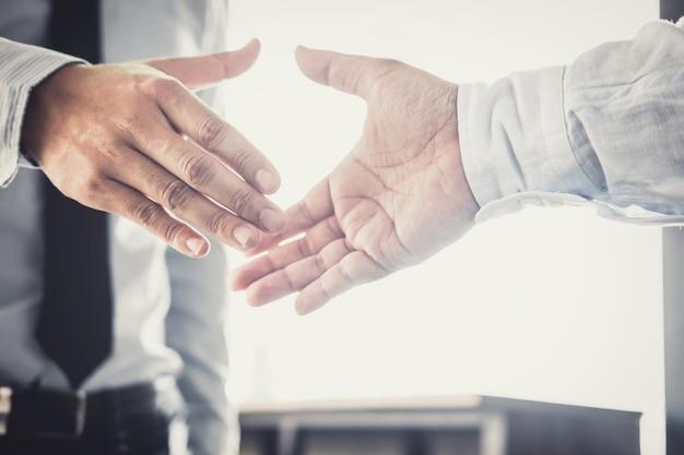 Poignée de main deux homme d'affaires après avoir discuté de bonne affaire de contrat de négociation