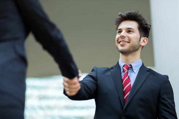 Poignée de main entre hommes d'affaires en plein air