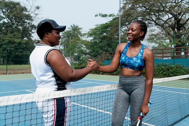 Poignée de main entre les joueurs de tennis