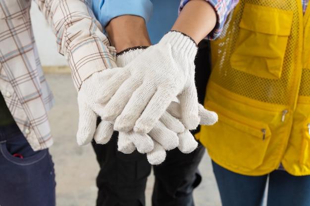 Poignée de main d'équipe de construction ou joindre la main des personnes