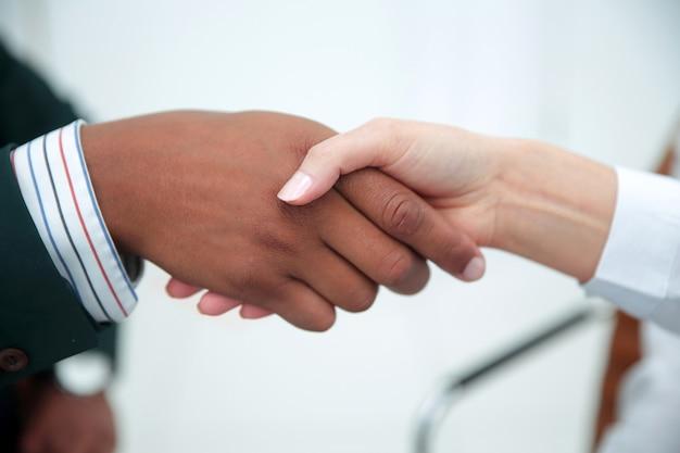 Poignée de main, femme d'affaires avec un partenaire commercial