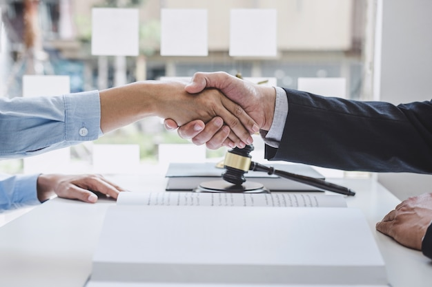 Poignée de main, femme d'affaires se serrant la main avec un avocat de sexe masculin professionnel.