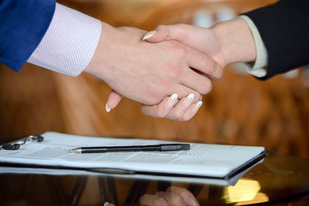 Poignée de main de gens d'affaires. signature du contrat de travail.
