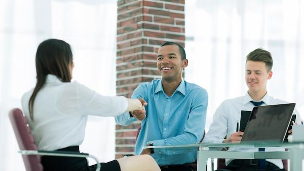Poignée de main d'un gestionnaire et d'un employé au bureau