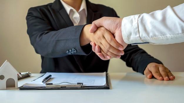 Poignée de main heureuse d'homme d'affaires après avoir contracté un partenariat de travail d'équipe