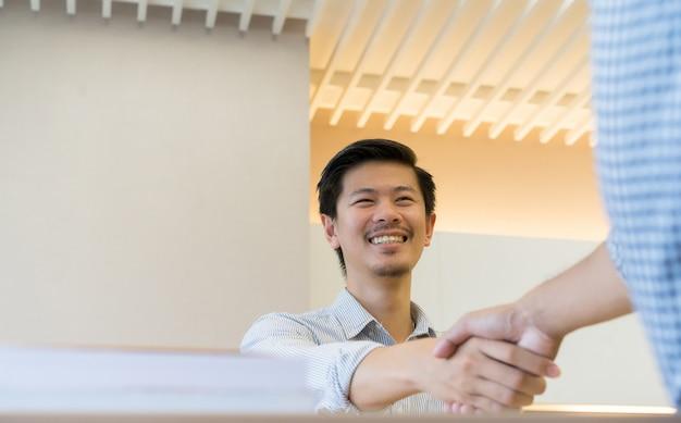Poignée de main homme d affaires avec partenaire,