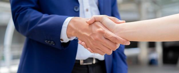 Poignée de main d'homme d'affaires avec partenaire