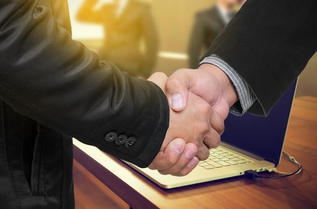 Poignée de main homme d'affaires