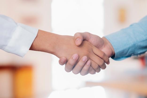 Poignée de main d'hommes d'affaires après une bonne affaire.