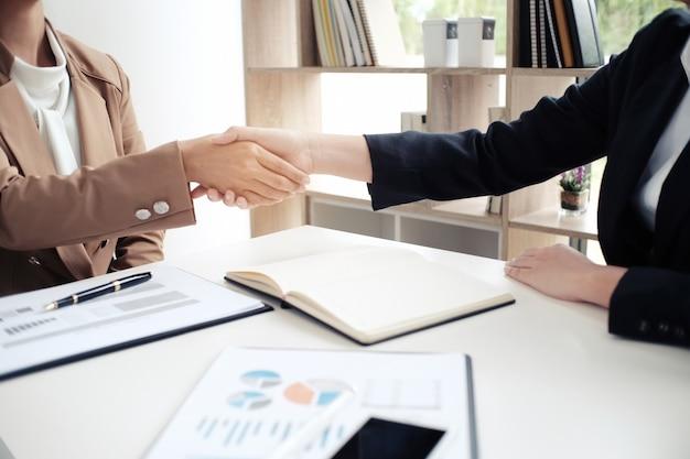 Poignée de main image business mans. partenariat d'affaires réunion concept réussi.