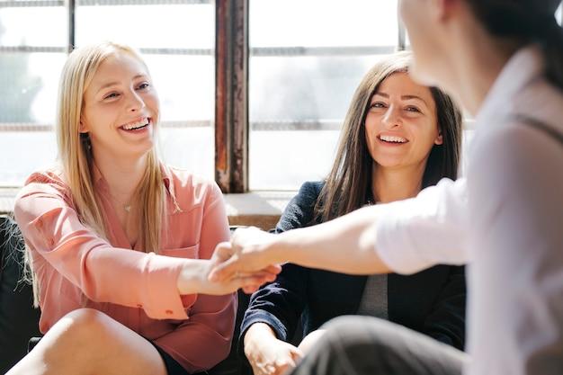 Poignée de main lors d'une réunion d'affaires