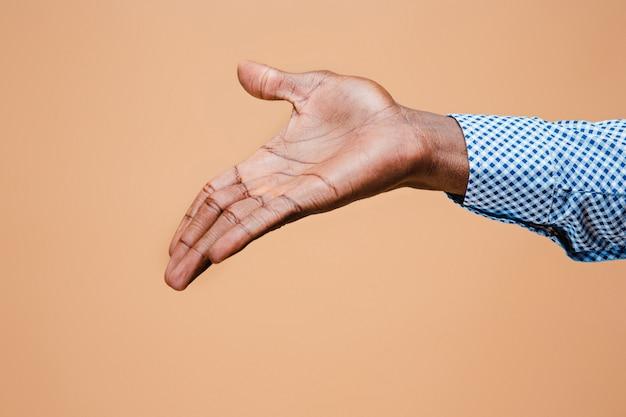 Poignée de main. mains d'homme d'affaires isolé