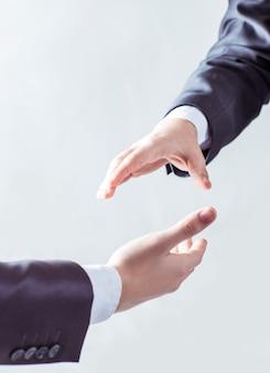 Poignée de main des partenaires commerciaux sur un fond clair.