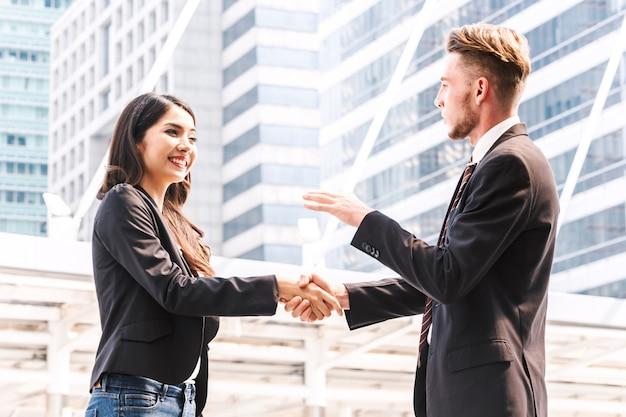Poignée de main des partenaires commerciaux