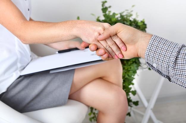 Poignée de main pendant le counseling