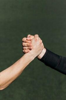 Poignée de main sur le terrain de football