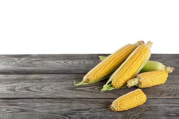 Poignée, maïs, vert, feuilles, mensonge, bois, table