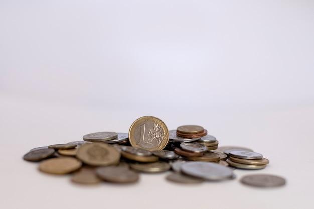 Poignée de pièces de monnaie de différents pays