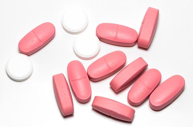 Poignée de pilule isolé sur gros plan fond blanc.