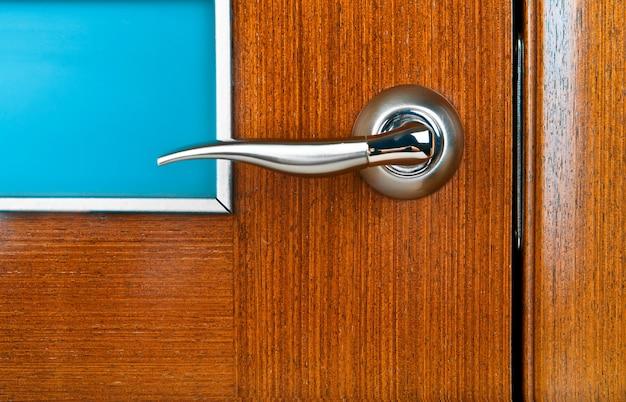 Poignée de porte fermée meuble en bois