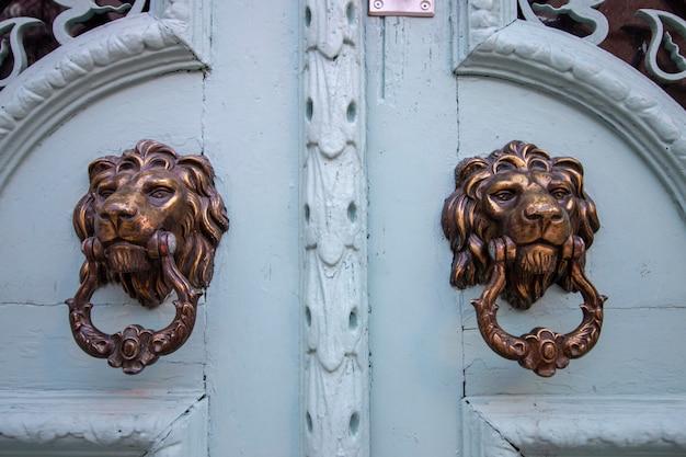Poignée de porte en forme de lion
