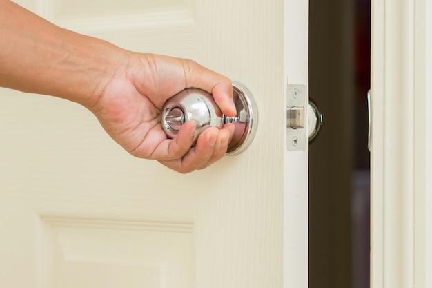 Poignée de porte ouverte main d'homme