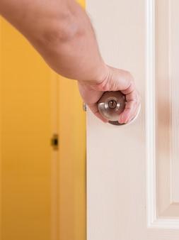 Poignée de porte ouverte à la main de l'homme