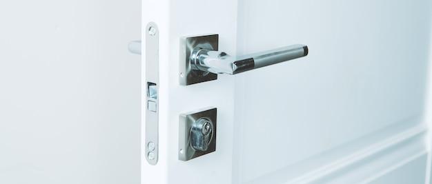 Poignée de porte et porte élégantes dans un appartement design