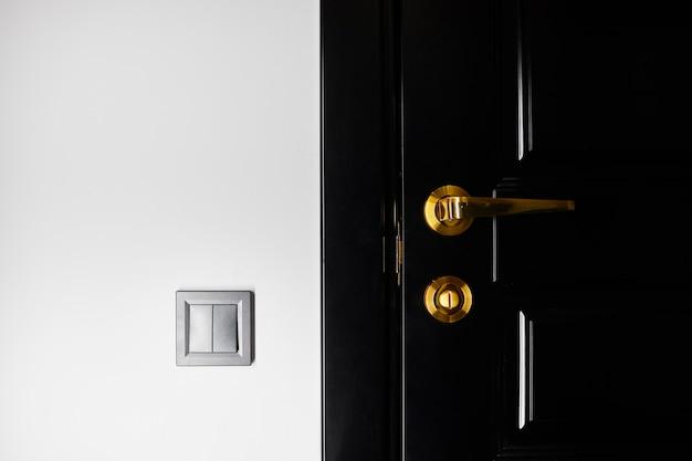Poignée de porte de style sur porte en bois naturel, élément de poignée de porte